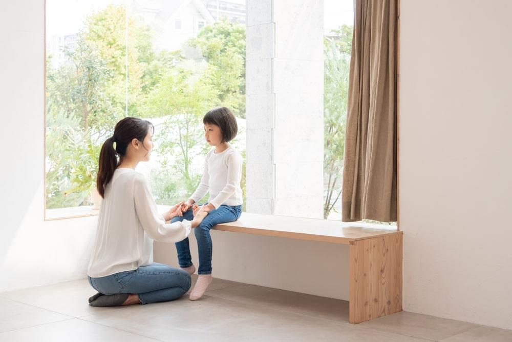 親権について子供と相談する母親
