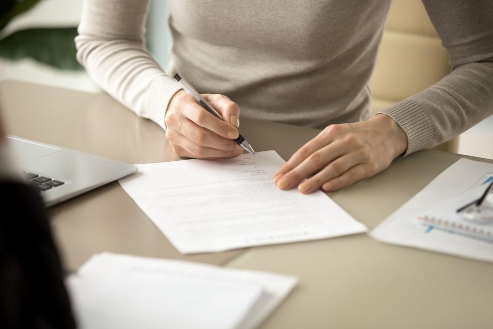 書類に書き込む女性